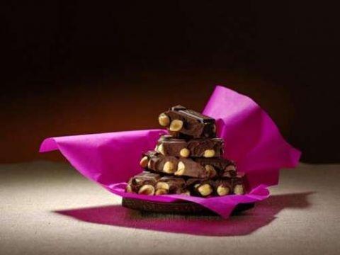 Crna cokolada sa lešnicima - Zbog čega je dobra crna čokolada?     Crne čokolade su kvalitetne jer sadrže mali procenat šećera, veliki kakaa, dosta minerala, lako je svarljiva i sadrži sastojke koji utiču na smanjenje stresa i vraćaju energiju organizmu. Ukus se postiže odabirom posebne vrste kakaoa. Najkvalitetnija ali i najskuplja je ona čokolada, koja sadrži 70% i više kakao mase.