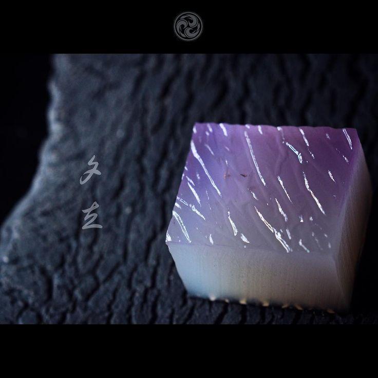 """#JunichiMitsubori #kadou #Sweets #Artist #Japanese #Confectionery #お菓子 #うつわ #器 #練切 #ねりきり #一日一菓 「 #菓道 #夕立 」 #吉野羹 製 #wagashi of the day """" #Shower """" #和菓子 #一菓流 #雷 #雨 #葛 今日の大雨は凄かったです。 大雨の向こうに金箔で「雷」を表現してみました。"""