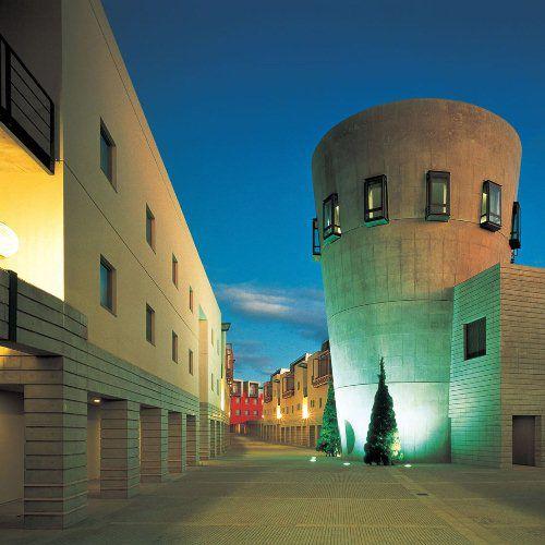 星野リゾート リゾナーレ八ヶ岳、世界的建築家マリオ・ベリーニがプロデュースした日本を代表するデザインホテル、JR中央本線小淵沢駅よりシャトルバス約3分/中央自動車道小淵沢ICより約3分、駐車場:有 400台 無料 先着順