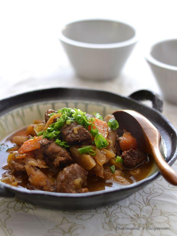 牛すね肉と根菜の黒酢煮(圧力鍋) by 西山京子(ちょりママ)さん / 圧力鍋でやわらか!牛すね肉のさっぱり味の黒酢煮です。仕上げのバターでぐっとまろやかに、コクがプラスされます。煮汁をたっぷりかけたごはんも絶品! / Nadia