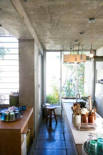 床とキッチンの天板に使われているのはコンクリート平板。歩道などに使われている建築資材なので安くて丈夫。