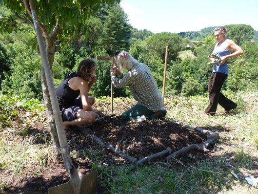 La permaculture, tout le monde en parle, mais personne ne sait vraiment de quoi il s'agit. Une branche radicale de l'agroécologie ? Une nouvelle tendance New Age ? Notre reporter s'est rendue à un week-end d'initiation, pour tenter de lever le voile.   Thoiras (Gard), reportage   Le hameau de Rouveyrac se niche sur les pentes abruptes d'une vallée cévenole. Sous les châtaigniers, Tom, Simon et Charlotte ont installé une vieille gazinière, un canapé en cuir défoncé et un tableau en bois…