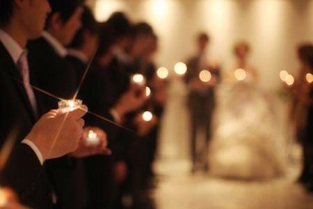 キャンドルリレー ゲストには式場に入るときにキャンドルをお渡しし、新郎新婦が指輪の交換をしたあと、新郎新婦のキャンドルの炎をご両家のお父様に点火。そこからキャンドルリレーがスタートします。(チャペルで照明おとすと幻想的です)全てのキャンドルに灯がともされたら、キャンドルの炎を一斉に吹いてもらうという、承認のセレモニー。