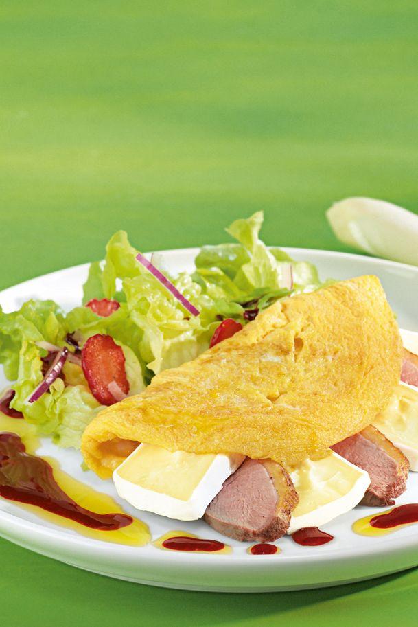 Mit Käse und Entenbrust gefülltes Omelette an Erdbeer-Salat.