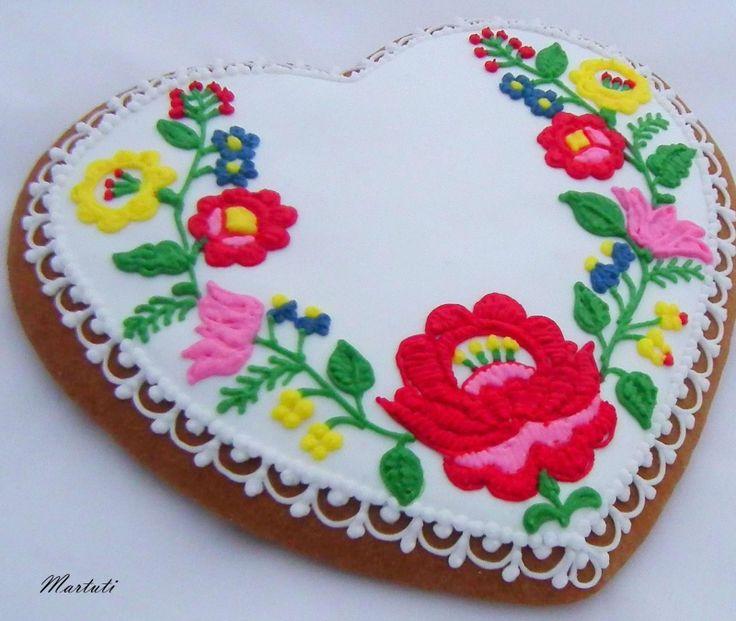 Kalocsai motívumokkal díszített mézeskalács szív , cukormázas alapon színes cukormázzal díszítve.