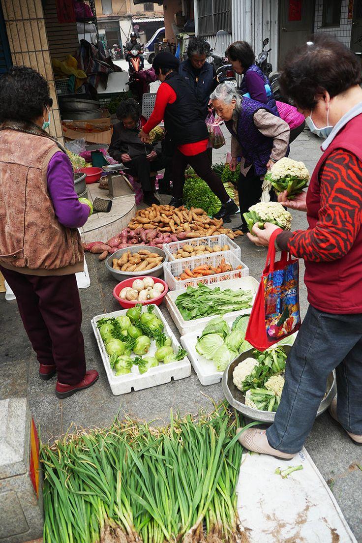 台湾本土から遠く離れた金門島。朝の市場では色とりどりの野菜が並ぶ。台湾おすすめの観光スポット、金門。