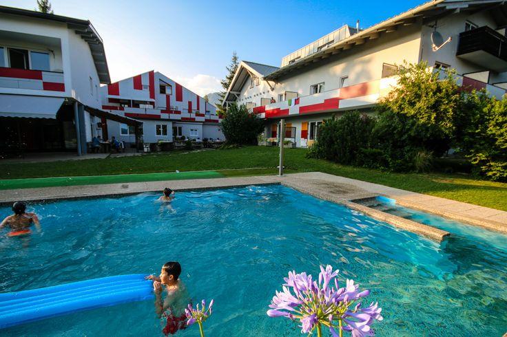 Schwimmen in unserem coolen Swimming Pool macht Riesen-Spaß!