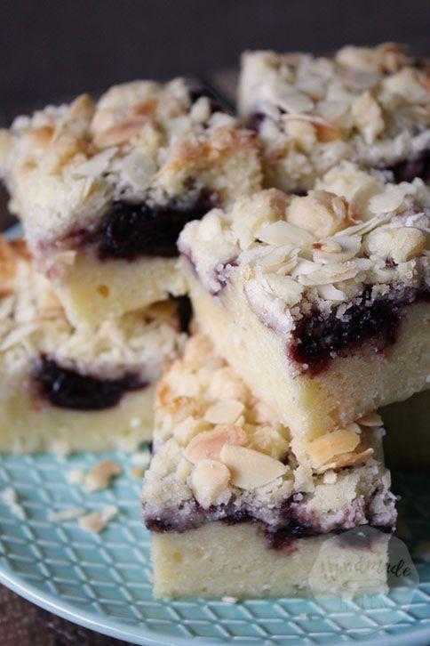 Dat je met cake heel veel kanten op kunt is inmiddels algemeen bekend. Deze amandel cake met kersenjam en een kruimellaagje is misschien wel mijn nieuwe favoriet. Snel te maken, goed mee te variëren en bovendien onwijs lekker!  Voor deze cake nam ik zwarte kersenjam, maar met framboos, aardbei of bosvruchten smaakt hij net …