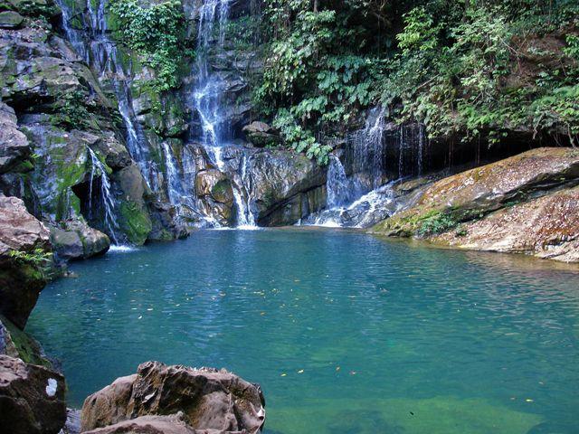Poço Azul (Riachão - MA) As águas cristalinas do poço azul, formado por uma queda d'água, proporcionam banhos espetaculares, um ótimo local para relaxar.
