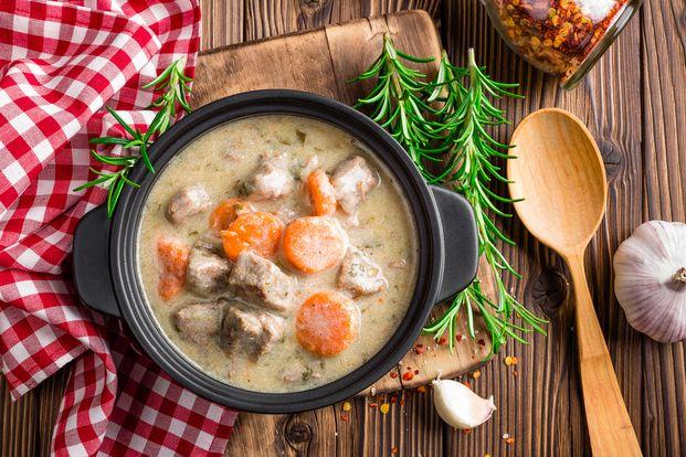 """寒い日の夕食に""""あつあつ時短シチュー""""を作ってみませんか?素材や調理法を少し工夫すると短い調理時間でも美味しいシチューが作れちゃうのです。長時間コトコト煮込まず15分で食べられる絶品シチューのレシピをご紹介します。"""