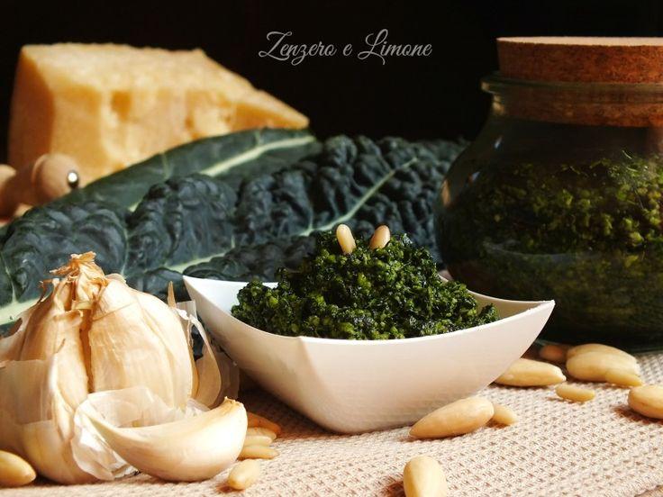 Il pesto di cavolo nero è una deliziosa salsa perfetta per condire della pasta, per guarnire dei crostini o per farcire delle focaccine.
