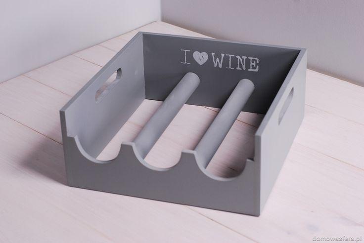 Drewniany stojak na wino w szarym kolorze. Piękna ozdoba dla degustatorów i miłośników tego trunku.
