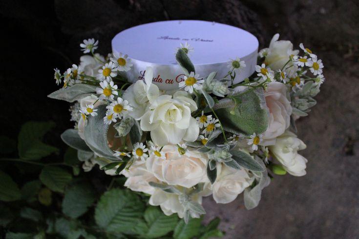 Cutie cu flori  #flowers #box #flowersbox #flowersinabox #gift #sayitwithflowers #madewithjoy #madewithlove #paulamoldovan #livadacuvisini #flori #evenimente #candybar #bucuresti ##bucharest #florist  #roses #silver #freesia  #white #freesia #frezii #cutie #flori #cutiecuflori #floriincutie #cutieflori