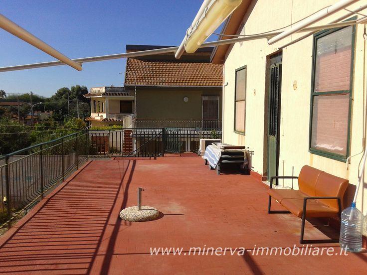 Minerva Immobiliare VENDE villetta al mare su due piani, comprensiva di veranda e terrazza molto ampie e terreno circostante. http://www.minerva-immobiliare.it/index.php/2015/11/26/villino-al-mare-villaggio-gelsari-augusta/