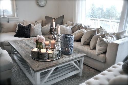 Livingroom salon couleur pale gris blanc beige chandelles sofa deco - Decoration gris et blanc ...