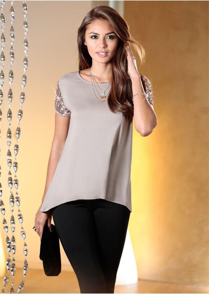 Όμορφη μπλούζα με κοντά μανίκια καλυμμένα με παγιέτες, και στρογγυλή λαιμόκοψη. Μήκος περίπου 72 εκ. Από 95% βισκόζη, 5% ελαστάν.