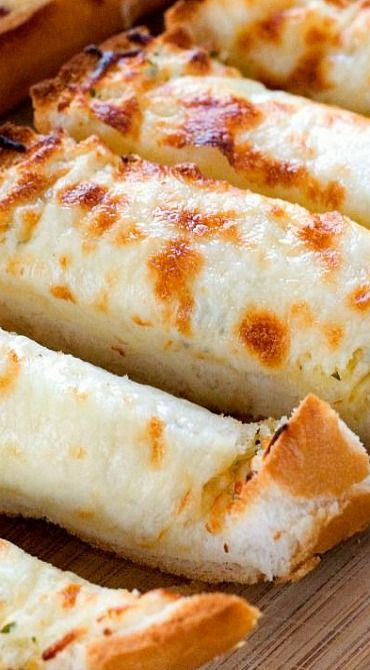 Easy Cheesy Garlic Bread ~ perfect to go with pasta dishes or soups! So easy and so good, you won't be able to stop eating it!