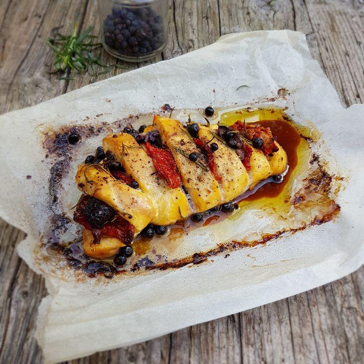 Petto di pollo intero al forno con pomodori secchi e olive nere