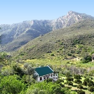 De Oude Boord self-catering cottage set against the dramatic backdrop of the Cederberg mountain range.