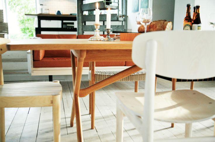 Matbord i ek, stol i ask, stol i björk, soffa i björk och skinn