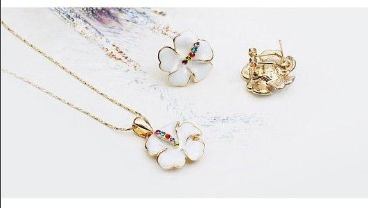 Un superb set bijuterii placate cu aur in forma de floare alba emaulata si incrustata cu mici diamante austriece - 59 ron. www.bodyandbijoux.ro