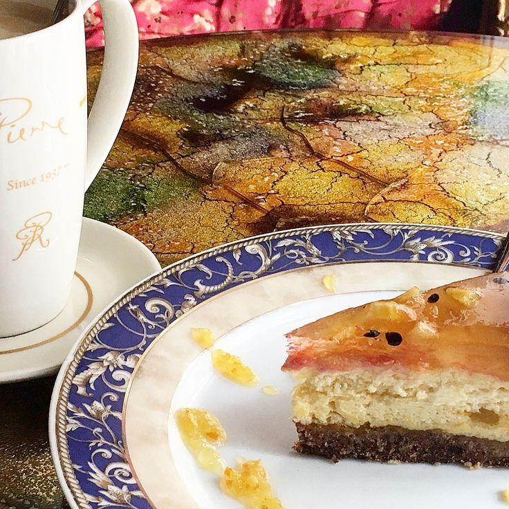 Josephine или пример кофейни для москвичей ����♂️ Концепт. Это классическое семейное кафе, стилизованное под Францию. Тут нет огромного меню из суши, пиццы и шашлыка. Нет, сюда люди приходят перекусить и хорошо провести время. Чашка кофе, торт и глава книги - вот мой выбор.  Интерьер. Кабаре, Франция, пурпурный. Дизайн кофейни бесподобен, множество интересных деталей - они создают общий образ кафе, образ кабаре. Сами же детали собирались с огромной любовью на множестве барахолок и…