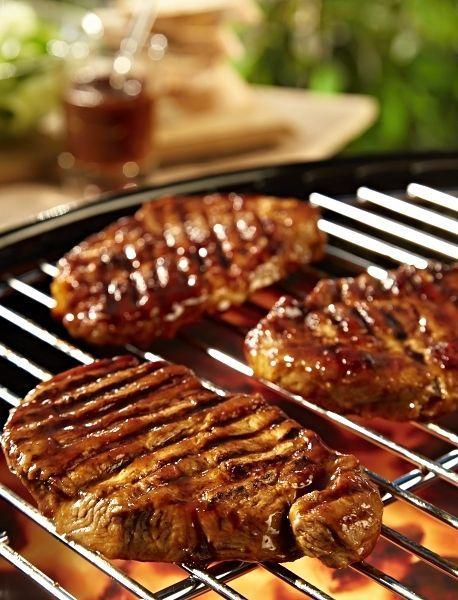 Jednoduchý recept inspirovaný brazilskou kuchyní. Plátky vepřového masa potřené grilovací omáčkou Hellmann`s Brazilian Hot Churrasco, přes noc marinované, pak grilované na dobře rozpáleném roštu grilu, servírované opět s omáčkou Hellmann`s Brazilian Hot Churrasco.