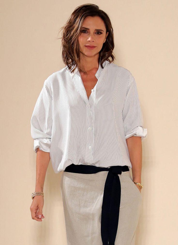 Victoria Beckham: Victoria Beckham im Lässig-Look mit flachen Sandalen.