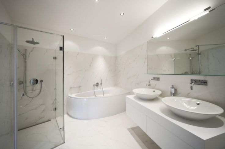 en el cuarto de bano hay dos lavabos sobre un mueble con ...