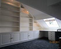 kantoor aan huis. boekenkast en bureau op maat onder schuinte.