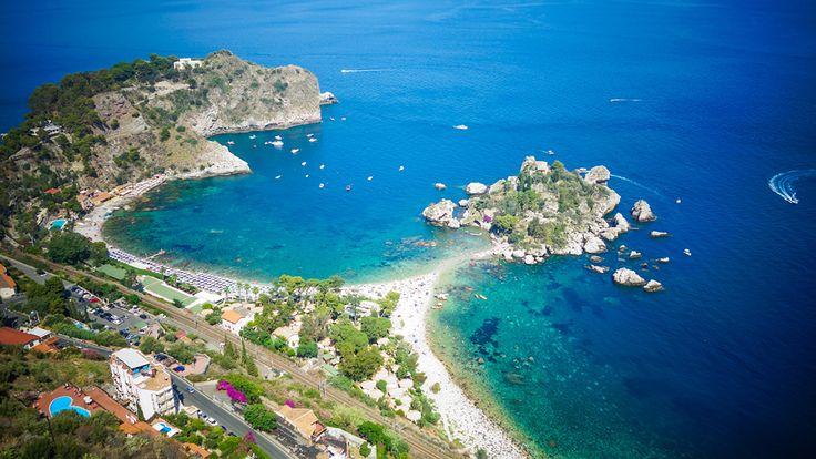 Taormina plages Sicile avec une eau transparente et des rochers