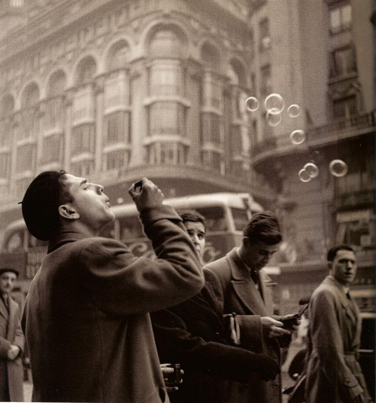 Spain. Blowing bubbles on the Gran Vía,1950's / Photo by Francesc Català-Roca