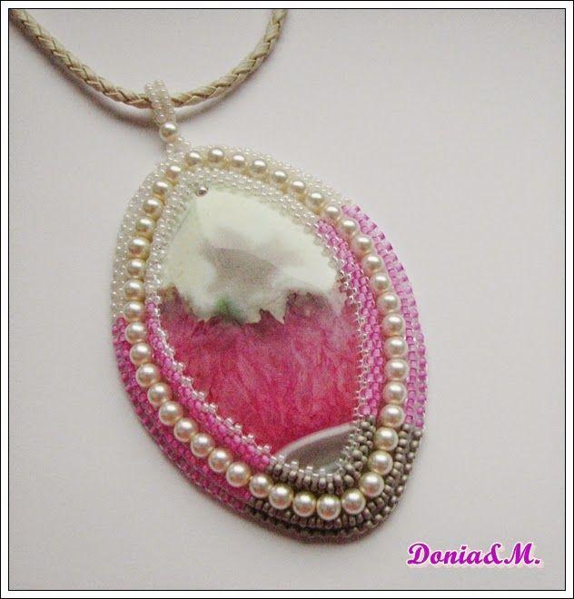 Agat z wewnętrzna druzą ,haft koralikowy