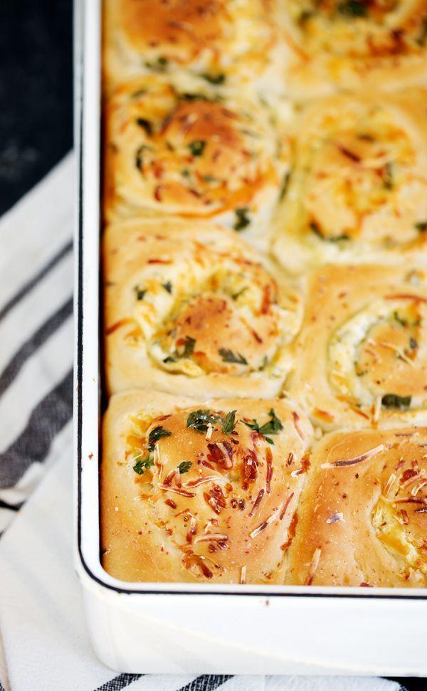 Geröstete Knoblauchkäsebrötchen sind eine würzige Variante der klassischen Zimtschnecke. Sachen…   – Bread & Breakfast Recipes