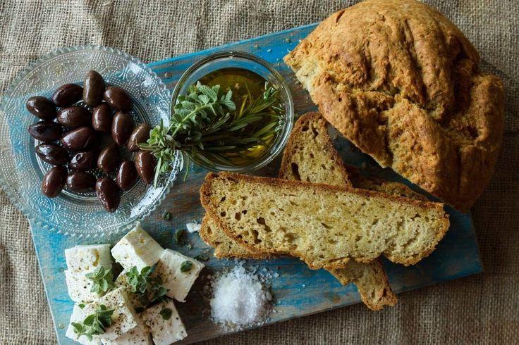Εύκολο ψωμί χωρίς ζύμωμα και χωρίς μαγιά από τον Άκη Πετρετζίκη. Μυρωδάτο και νόστιμο ψωμί χωρίς μαγιά. Απολαύστε τραγανό και υγιεινό ψωμί από τα χεράκια σας!
