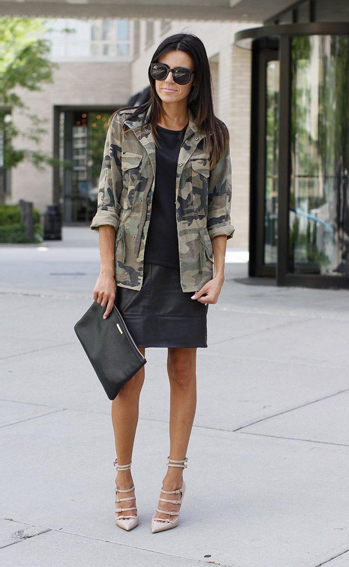 On aime le look chic et 'street' de cette fashionista qui mix à la perfection veste camo, jupe en cuir noir et escarpins féminins. #camo #streetstyle