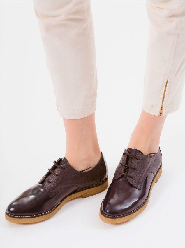 Onena Navy Shoes // The classic Oxford taken to the next level. With its masculine style this shoe is easy to wear with all sorts of outfits: from tomboy looks to more feminine and romantic ensembles, without forgetting 'effortless chic'. It's up to you. Made in Spain with real leather and a comfortable, shock-absorbing rubber sole.