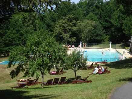 Domaine de Mialaret (Frankrijk)): kasteelcamping / safiritent/hotel: vlakbij de indrukwekkende Gorges de la Dordogne en het 410 hectare grote meer van Neuvic in de regio Correze