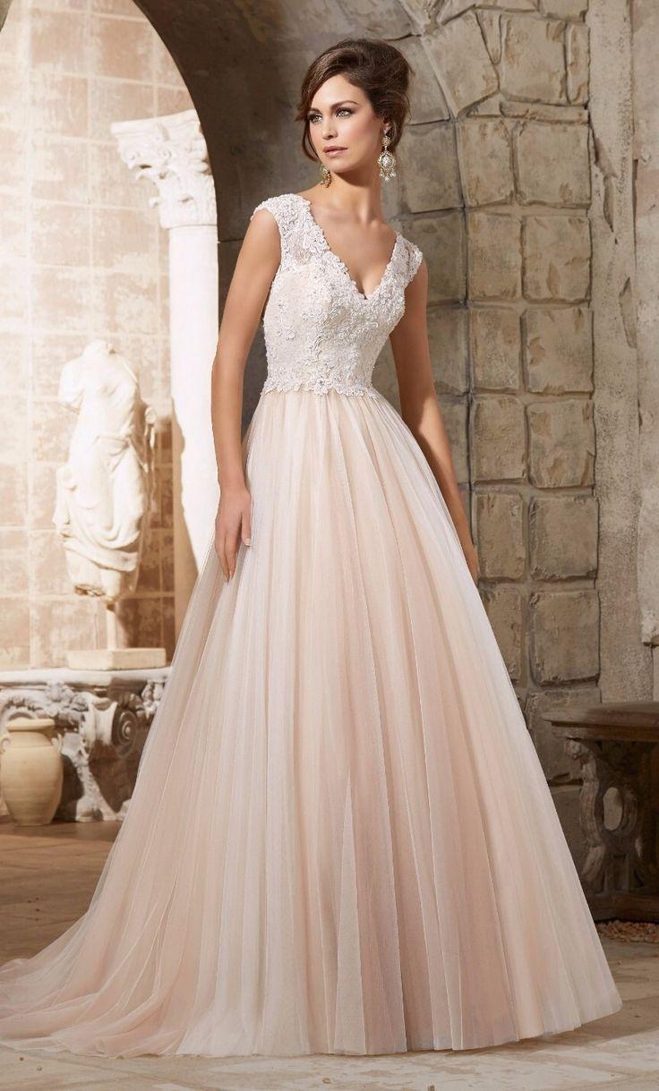 Deze prachtige #trouwjurk met zalm kleurige tule en kanten top kun je ook bij ons komen passen #weirdcloset #haarlem