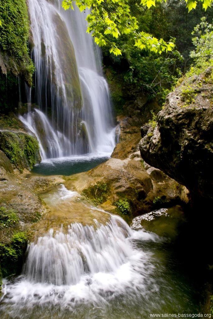 Salto de La Caula, Boadella Empordà Hace pocos años se desprendieron las formaciones de travertinos que cubrían las rocas que forman el salto de la Caula, por tanto, en estos momentos, no se permite el baño. El salto, de unos 30 metros, forma parte del torrente de la Caula que salva el desnivel de los acantilados de travertino. Poco después las aguas se encuentran con la Muga. El torrentes de la Caula y de Fontanilles. TIPUS ACTIVITAT: excursions / excursiones gorgues