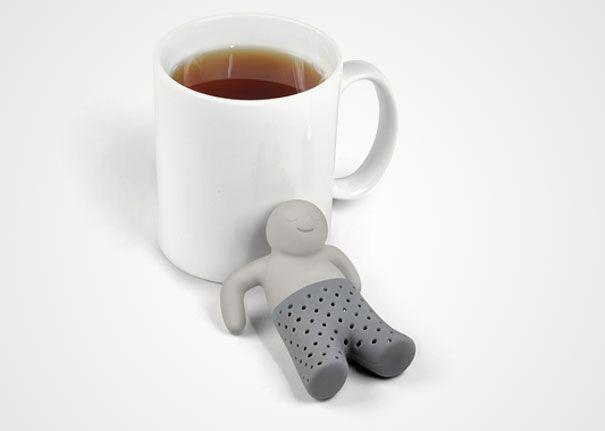 Çay süzen adam