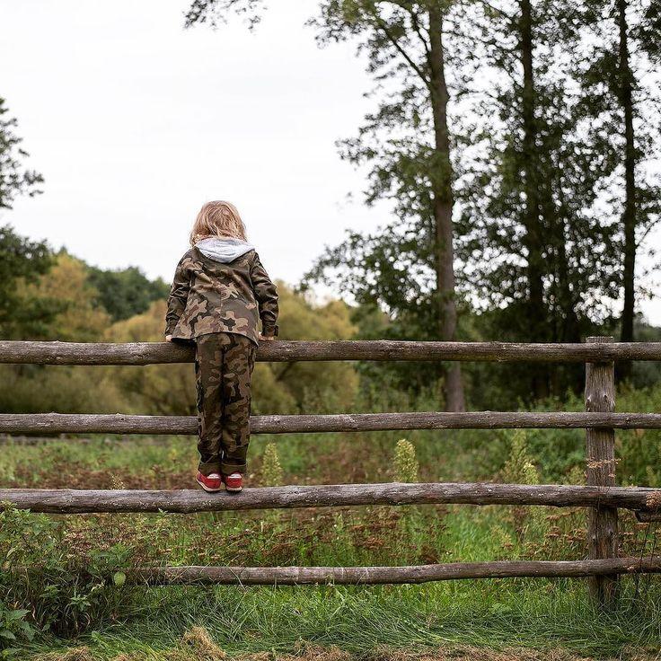 """Zew natury  . Ciągnie nas do lasu a jesienny las ma w sobie magię. Ostatnio podczas trzygodzinnego spaceru widzieliśmy: 2 sarny lisa łosia i... sowę (pierwszy raz w życiu w warunkach naturalnych). Dobrze nam we czwórkę w takich miejscach odchodzą troski codzienne i skupiamy się na TU i TERAZ. Cieszy mnie że dzieciaki też ciągnie las i przygoda to zupełnie niezwykle (chociaż w sumie naturalne) jak one """"nasiąkają"""" nami naszymi miłostkami i uprzedzeniami.  Nie mogę o tym za dużo myśleć bo wtedy…"""