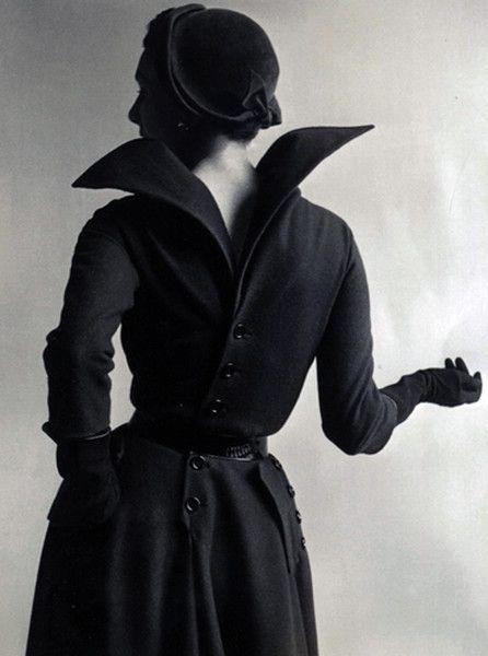Линия «Зигзаг» навеяна движением. На снимке «платье наоборот», с пуговицами на спине и воротом, высоко вздымающимся над линией плеч, подобно крыльям летящей птицы. Автор фото — Клиффорд Коффин