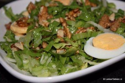 Andijvie salade. Eenvoudig en toch verrassend Gemak! Sleutelwoord voor luie mensen. In een oud kookboek lees ik al over de luie huisvrouw en daar zijn er genoeg van. Wie om