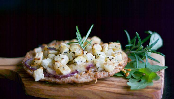 Verdens nemmeste pizza: Pitabrød med cheddar, rødløg og bagte selleritern. Ubeskrivelig lækkert, nemt og billigt!