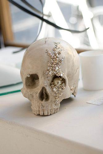 Glam diamonds & pearls skull