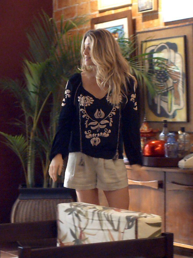 Monique usa bata bordada com short, visual superindicado para dias mais fresquinhos! [Foto: TV Globo]