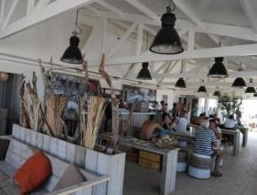 """Beachhouse 25 """"Back to Basic"""",de naam zegt het al ,is een strandhuis om te beleven waar het eigenlijk op het strand om gaat. Lekker voetjes in het zand op je scheefgezakte stoeltje of op ons terras, kun je relaxen met een drankje en genieten van de oerelementen zonder franje! Doordat het paviljoen en het strand qua nivo in elkaar overvloeien is de beleving zo puur dat het weidse strand een onderdeel van het terras vormt. Walendijk 94511 RK Breskens 06-53863232"""