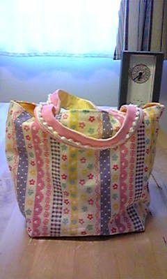 縦 約14cm × 横 約20cm の小さいバッグです。緑色のラメでお花とハートがたくさんプリントされているこの布は、明るいイメージ。なんだか「ち... ハンドメイド、手作り、手仕事品の通販・販売・購入ならCreema。