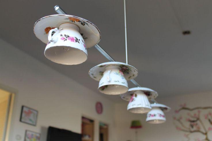 Bestaande lamp omgetoverd in theekop-lamp, leuk!